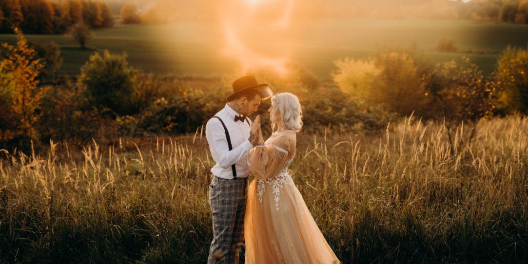 alternatywna para młoda, alternatywna suknia slubna, boho bride, fotografia ślubna, jesienna sesja ślubna, panna mloda, panna mloda tatuaze, sesja ślubna, slub jesienia, suknia ślubna boho, suknia ślubna w gwiazdy, tiulowa suknia ślubna