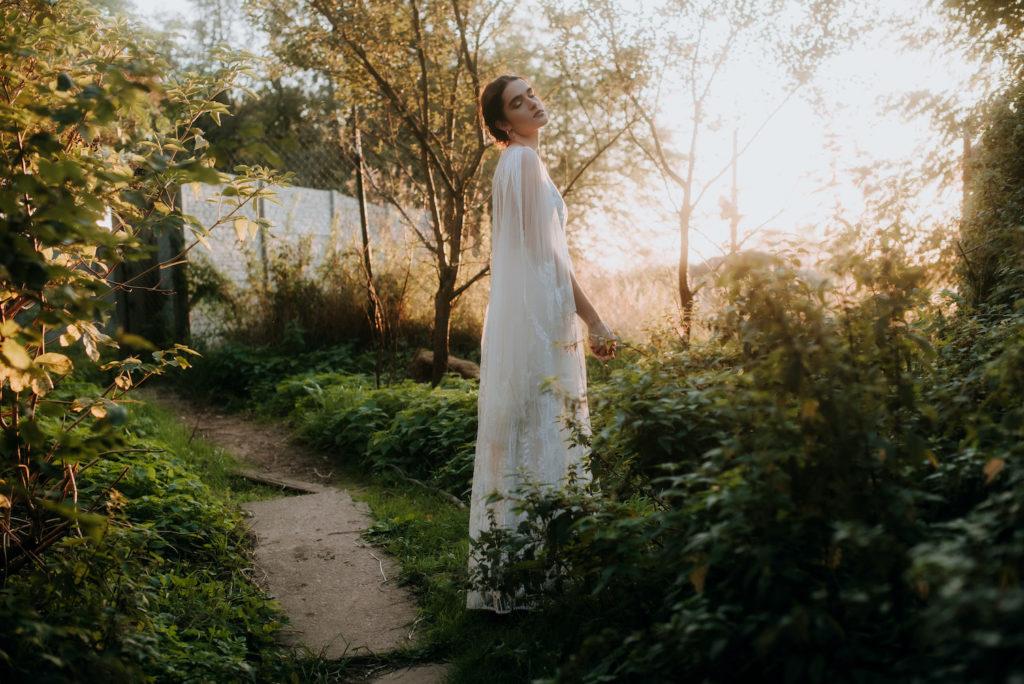 suknie ślubne boho, suknia boho, fotografia ślubna, sesja ślubna z alpakami, sesja ślubna z końmi, sesja ślubna z krowami, ślub na wsi, wesele na wsi, wesele w ogrodzie, wesele na wiejskim podwórku